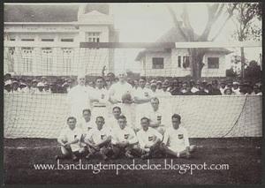 pertandingan sepak bola di alun alun Bandung pada masa 1914-1921