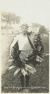 Kalungan Bunga Juara pertandingan sepak bola di alun alun Bandung pada masa 1914-1921