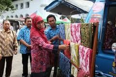 bu Netty Heryawan memilih Batik Cirebonan-dok.Indagkop Kota Cirebon