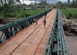 sejumlah_warga_melintas_di_atas_jembatan_balley_darurat